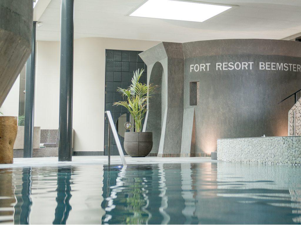 Op het wellnessplein van Fort Resort Beemster is de authentieke fortmuur zichtbaar die normaal onder een dikke laag zand ligt. De meters dikke muur maakt deze ruimte heel bijzonder.