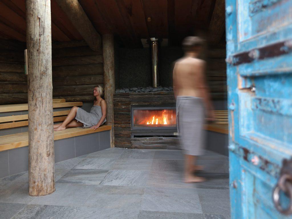 De houtgestookte sauna is gelegen in het dijklichaam van het fort. Met een prachtig glazendak en de haard is deze sauna extra bijzonder.