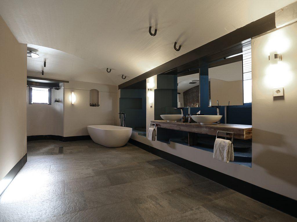 Luxe suite met een prachtig design bad in het hotel van Fort Resort Beemster.