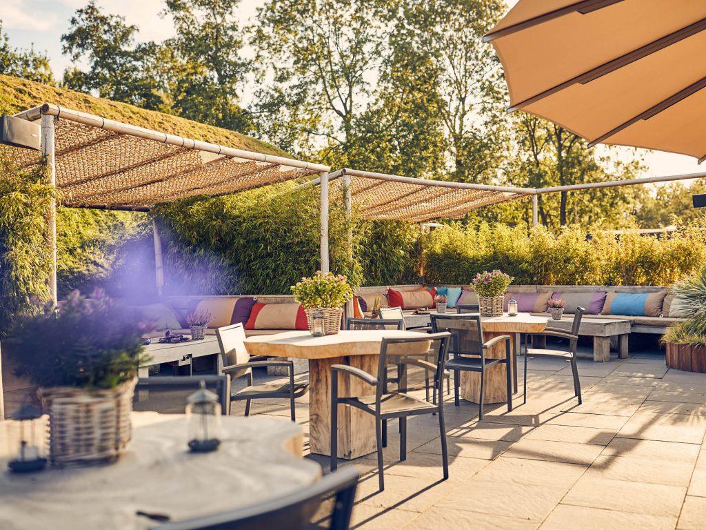 Een gezellig terras in de Beemster met lekkere lounge banken. Een fijne menukaart, heerlijke sapjes & smoothies, maar ook een speelrek voor de kids!